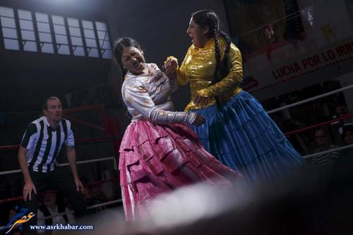 "Bolivian wrestlers Yenny Mamani (R), nicknamed Martha ""La Altena"" and Leonor Cordova, nicknamed Angela ""La Simpatica"", battle during a wrestling bout in Madrid, Spain, October 8, 2015. REUTERS/ Juan Medina"